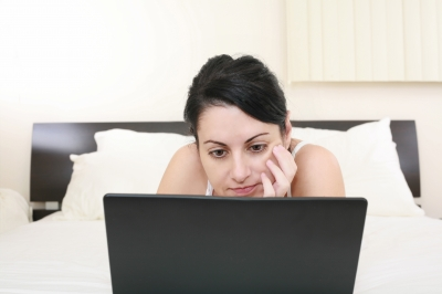 girl on bed with laptop fdp